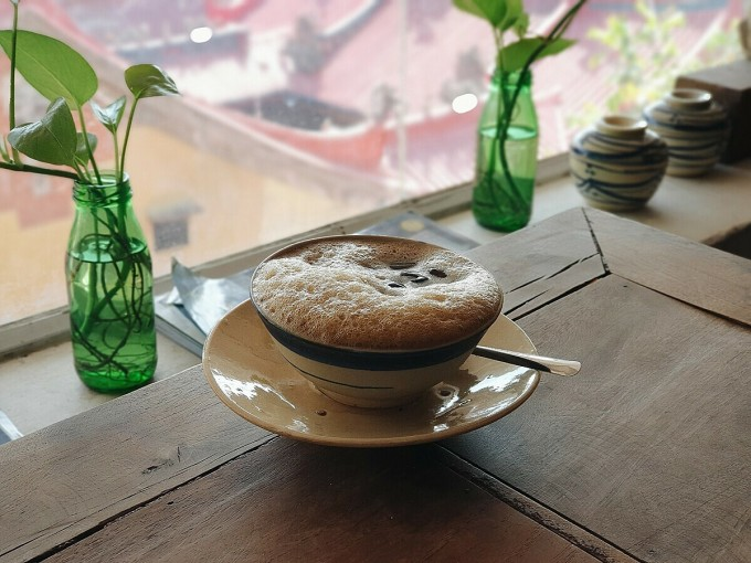 Drinks at the restaurant are also typical dishes of Vietnamese culture.  Chinese herbal coffee with a light taste is the main dish here.  Drink prices at bars range from 30,000 VND - 70,000 VND / dish.
