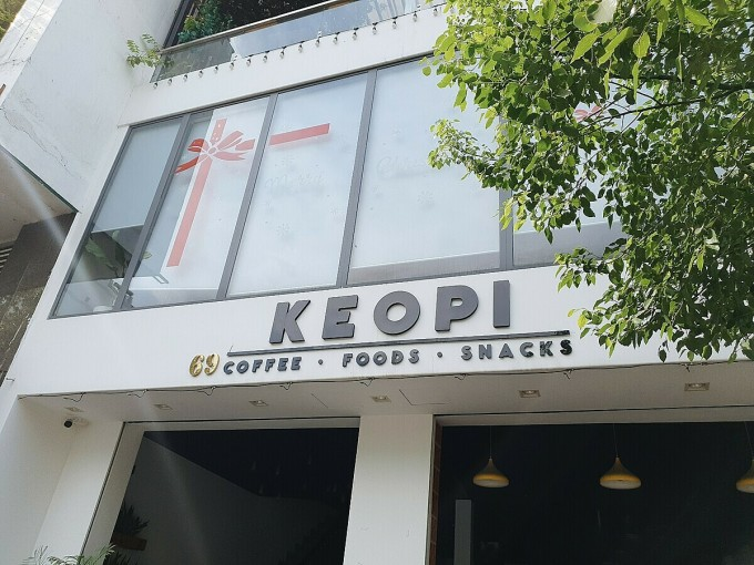 Keopi Coffee & Snacks is a different model of coffee shop from Cam Cam Kafé when not focusing too much on style.  The space at No. 69, Street 41, District 4 is simple and modern.