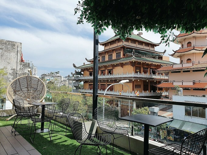 The shop includes a ground floor, a floor and a terrace, only open at 17:00.  On the first floor and on the terrace of the restaurant you can see the whole view of Giac Duyen Pagoda.