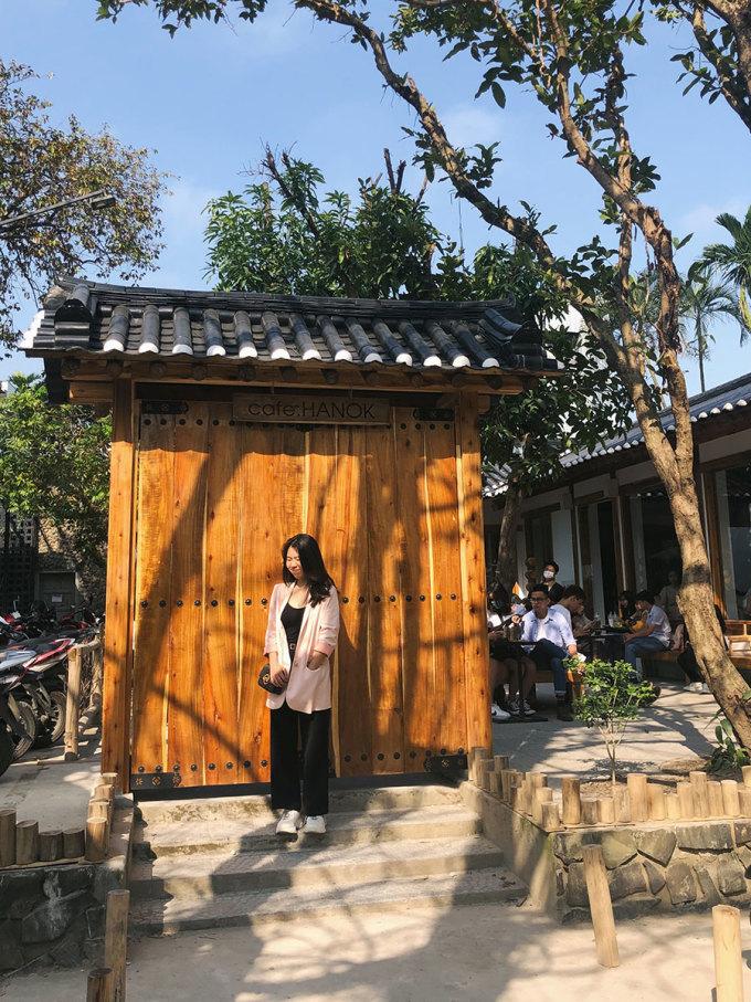 Hanok cafe Nơi đây được thiết kế theo kiến trúc của một ngôi nhà Hàn Quốc với cửa gỗ, mái ngói xám... Quán có không gian rộng và thoáng, phù hợp cho khách đi theo nhóm bạn hoặc cả gia đình. Hai khung giờ đông khách và thường hết bàn là 9h - 11h và 14h30 - 17h. Một số thức uống nổi bật là trà táo đỏ, trà thanh yên, giá từ 25.000 - 45.000 đồng. Địa chỉ quán tại 14A/64 Nguyễn Công Trứ.