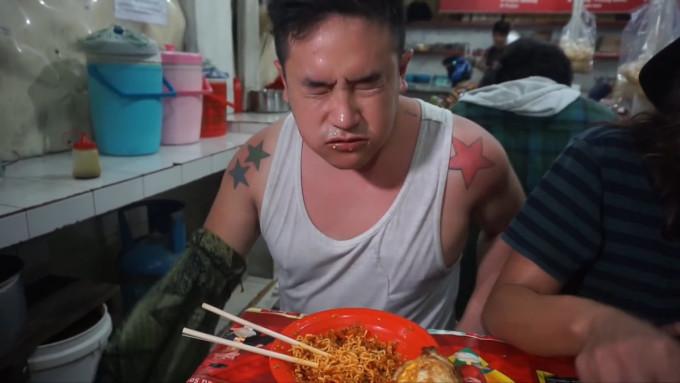 Ben Sumadiwiria cho rằng mình trải qua cảm giác kinh khủng nhất trong đời khi ăn mì cay Indomies. Ảnh: Kokiku TV/YouTube