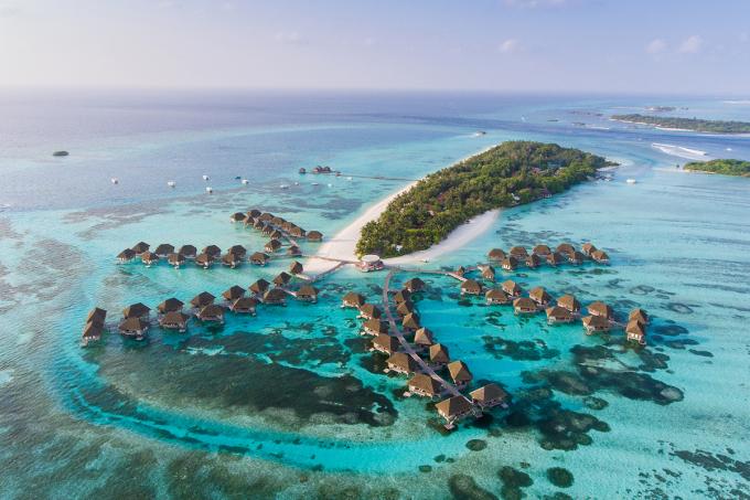 90% trong số 200 hòn đảo lớn nhỏ có người sống tại Maldives được xây thành các khu resort đẳng cấp nhất thế giới với không gian biệt lập, chỉ có bầu trời, nước biển xanh trong và các dịch vụ cao cấp. Ảnh: Siraphob Werakijpanich/Shutterstock