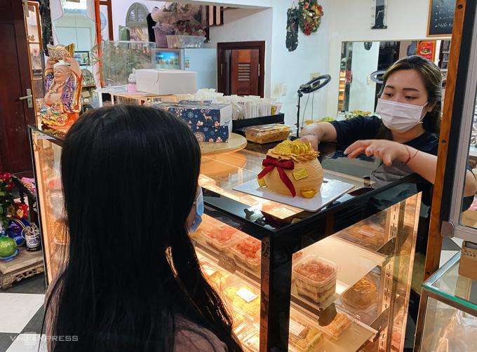 Một số địa chỉ mua bánh hình hũ vàng là hệ thống Grand Castella TP HCM, Sam Love Cake tại số 10 ngõ 78 Lò Đúc và Hà Nội Sam De Gatêaux, bán trực tuyến tại Instagram. Ảnh: Trung Nghĩa.