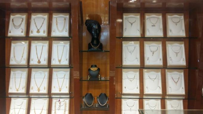 Gold Museum, Hubli, Ấn Độ  Ấn Độ là nơi người dân rất yêu thích vàng và đồ trang sức. Đây cũng là nơi du khách bị hấp dẫn bởi loại trang sức này có thể dễ dàng tìm kiếm và ghé thăm những nơi bày bán. Một trong số đó là Gold Museum, mở cửa hàng ngày đến 21h. Ảnh: Gold museum Jewelry store