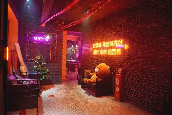 2Ahjussi Đây là một quán nhậu mô phỏng theo khu phố Itaewon (Hàn Quốc), khu phố ăn nhậu nổi tiếng ở Seoul. Quán có 2 tầng, tầng 1 có không gian trong nhà và vỉa hè ngoài trời, tầng 2 được trang trí với các dòng chữ tiếng Hàn bằng đèn neon bắt mắt, một bàn chơi bi-a. Quán chủ yếu phục vụ món Hàn, với các món như thịt nướng, gà xào phô mai, canh kim chi...Địa chỉ: 8 Phạm Ngũ LãoMức giá: 45.000 - 165.000 đồng