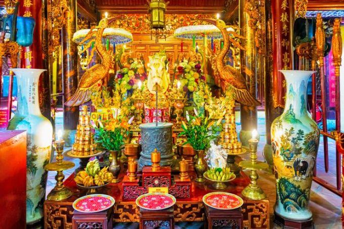 Một trong tứ trấn thành Thăng Long được xây từ thế kỉ 11 được nhiều tài liệu cho rằng là ngôi đền cổ nhất Hà Nội, nằm ngay trong lòng khu phố cổ. Ngôi đền đã được cải tạo nhưng vẫn giữ được vẻ đẹp ban đầu. Đền Bạch Mã được xây để tôn thờ vua Lý Thái Tổ, với biểu tượng con ngựa trắng được cho là đã dẫn Ngài đến vị trí của ngôi đền hiện tại. Ảnh: ShutterstockĐịa chỉ: 76 Hàng Buồm, Hoàn Kiếm