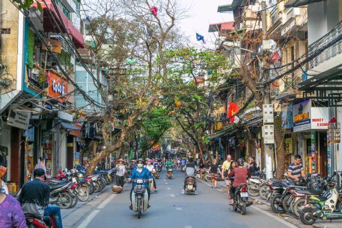 Khu phố cổ không chỉ là trung tâm mua sắm của thủ đô mà còn là trung tâm lịch sử với các con phố truyền thống. Hiện tại, phố cổ quyến rũ khi bảo tồn được nét trằm mặc của thời gian. Theo Katie, không chỉ mua sắm, du khách có thể tìm thấy nhiều quán ăn phục vụ các món truyền thống của Việt Nam tại đây. Ảnh: mikecphoto/Shutterstock