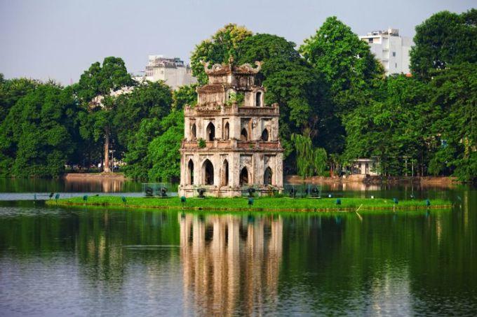 Hồ Hoàn Kiếm là một trong những địa điểm nổi tiếng nhất ở thành phố thủ đô và đáng ghé thăm không chỉ vì danh tiếng của nó. Theo Katie, đây là một nơi yên tĩnh, thanh bình. Điều này có được đối với cô không chỉ nhờ hồ nằm ở trung tâm thành phố, mà còn có một năng lượng đặc biệt ở đây. Điều này theo cô xuất phát từ truyền thuyết Việt Nam, khi hồ là nơi sinh sống của Cụ Rùa, được người Việt tôn thờ như một vị anh hùng dân gian. Ảnh: Tony alberton/Shutterstock