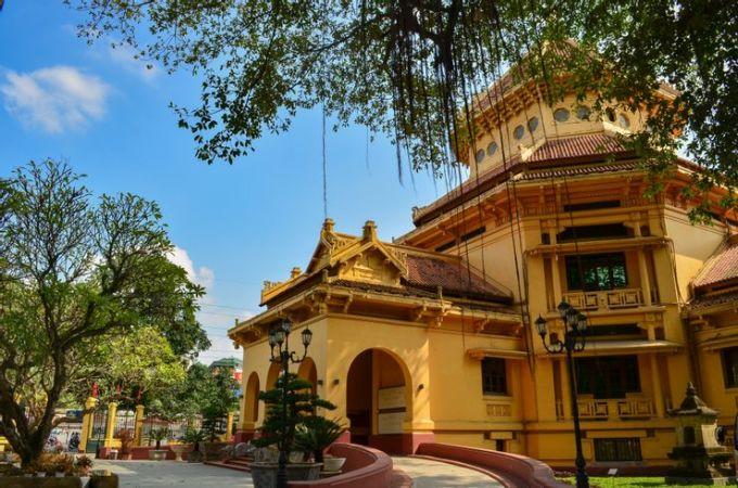 Bảo tàng được xây dựng vào năm 1925, bao gồm các phần lịch sử có niên đại từ thế kỷ 3. Bảo tàng trưng bày các hiện vật từ vương quốc Chăm-pa và Khmer, cùng với các bộ sưu tập trang sức cổ của Việt Nam. Bản thân tòa nhà là đại diện cho phong cách kiến trúc độc đáo, ảnh hưởng bởi Trung Quốc và Pháp. Tòa nhà bảo tàng cũng có lịch sử riêng để du khách tìm hiểu, khi nó là trường học trước khi trở thành bảo tàng. Ảnh: ShutterstockĐịa chỉ: 216 Trần Quang Khải, Tràng Tiền, Hoàn Kiếm