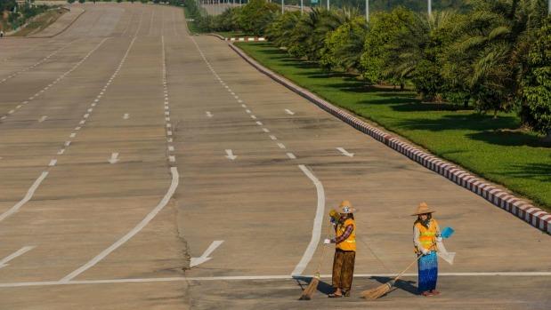 Một năm sau đó, thành phố vẫn hầu như vô danh đối với khách du lịch. Tuy nhiên, sau một cuộc diễu hành quân sự lớn vào ngày kỷ niệm đầu tiên của cuộc di chuyển, diễn ra dưới bóng của 3 bức tượng khổng lồ tậc các vị vua vĩ đại nhất nước Anawrahta, Bayinnaung và Alaungpaya, Naypyidaw đã được ra mắt. Ảnh: Alamy