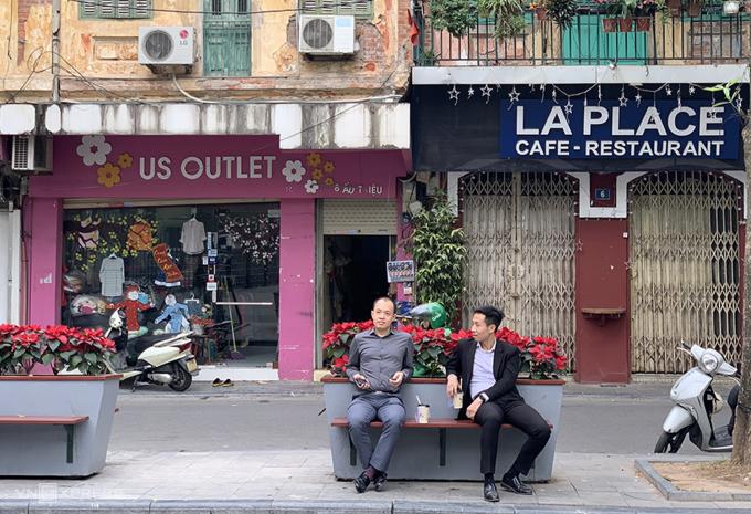 Anh Đức Nhật (áo đen) hẹn bạn ở hàng ghế đá cạnh Nhà thờ lớn Hà Nội. Ảnh: Ngọc Diệp.