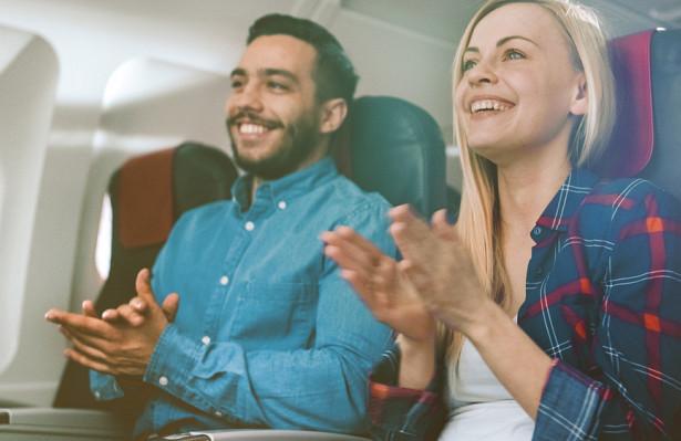 Nhiều hành khách có thói quen vỗ tay khi máy bay hạ cánh xuống đường băng. Nguồn: Depositphotos