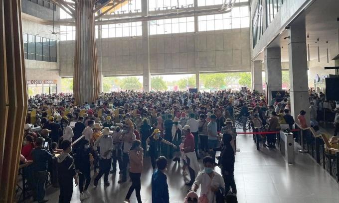 Hàng nghìn du khách chờ xếp hàng lên cáp treo trưa 28/2. Ảnh: Tuấn Thành.