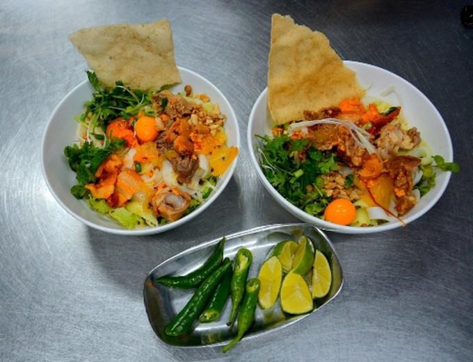 Ba món ăn được xếp vào Top 100 món ăn đặc sản Việt Nam 2020 - 2021 gồm, mì Quảng, bê thui Cầu Mống và cơm gà Hội An. Trên ảnh là mì Quảng có hương vị riêng biệt. Một tô có rau sống đủ loại, tiếp đến là mì sợi và chan nước, sau đó thêm hành và ngò lá xanh, đậu phộng rải đều. Nước lèo có độ đậm đặc của tôm giã nhuyễn và những nguyên liệu đặc trưng vừa đủ độ béo, đậm, ngọt. Ảnh: Má Lúm