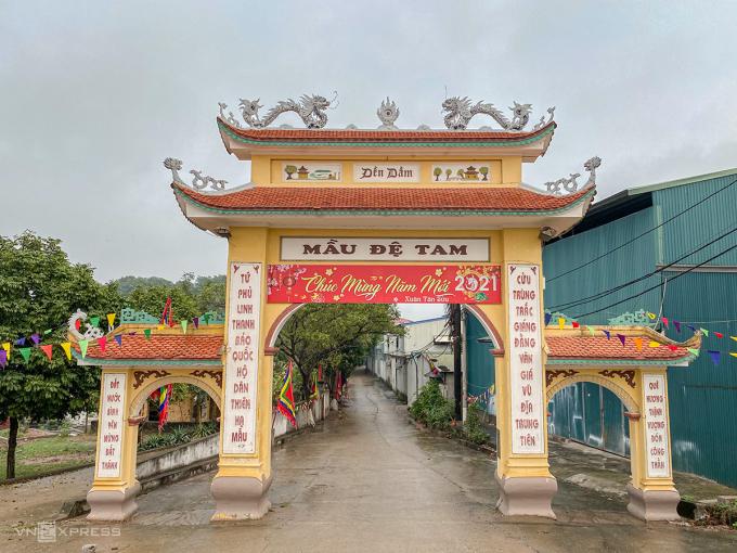 Cổng đền Dầm cao rộng, có ba cửa vào. Ảnh: Trung Nghĩa
