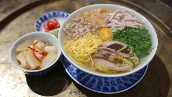 Bát bún thang Hà Nội cổ truyền ăn kèm củ cải ngâm mắm. Ảnh: Nguyễn Phương Hải.