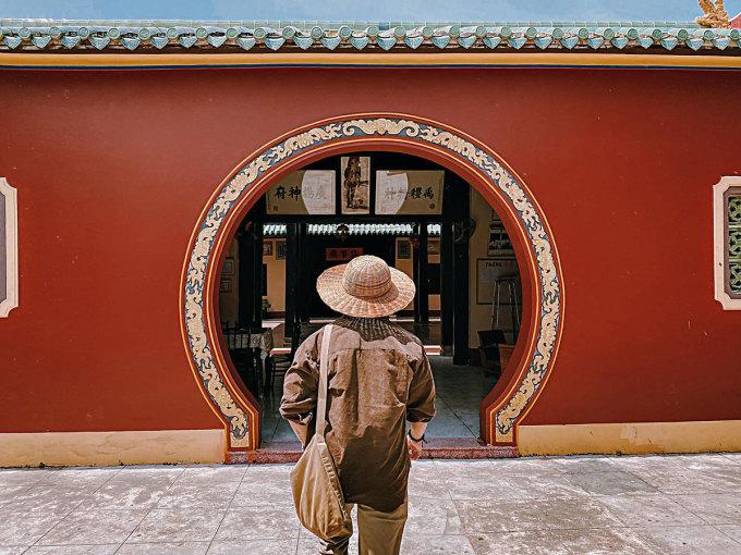 Lần hồi đi qua những bức tường đỏ, xuyên qua những cánh cổng vòng cung, những ô cửa gỗ nhuốm màu thời gian... cảm giác như đang đi dạo trong cung đình Huế (hay rộng lớn hơn là Tử Cấm Thành)