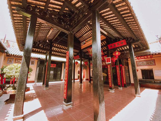Nơi đây gồm các công trình kiến trúc như Tam quan, sân, Thiên Hậu Cung, Nghĩa Từ, Quan Thánh Miếu.