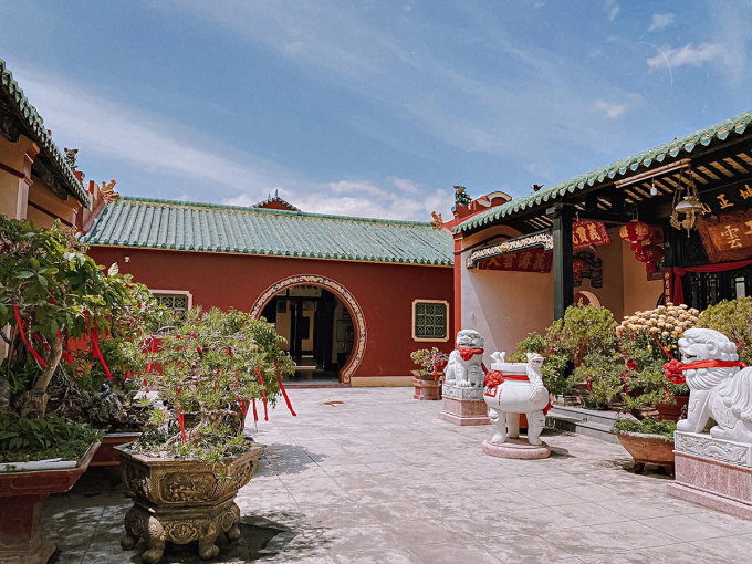Every year, on the day of worshiping Thanh Hau Thien Mau, Quan Thanh De Quan, overseas Chinese from Hai Nam hold a solemn worship ceremony here.