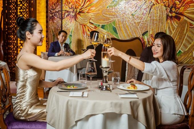 Nhà hàng nơi du khách thưởng thức bữa tối được thiết kế theo phong cách đương đại, với những bức tường chạm khắc kiểu mosaic Italy. Ảnh: The Reverie Saigon.