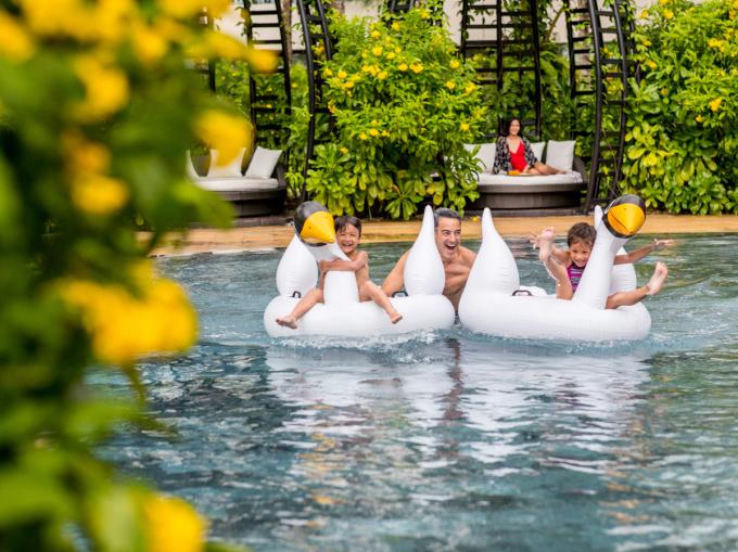 Bể bơi được đảm bảo vệ sinh, an toàn cho du khách.