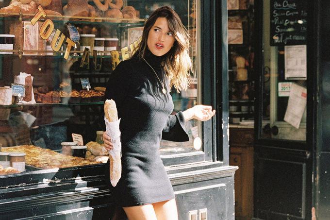Phụ nữ Paris điển hình không bao giờ rời khỏi nhà trong những trang phục tuềnh toàng, dù là đi chợ hay đi chơi. Trong ảnh là Jeanne Damas, người mẫu, nhà thiết kế nổi tiếng đến từ Paris. Ảnh: KK News