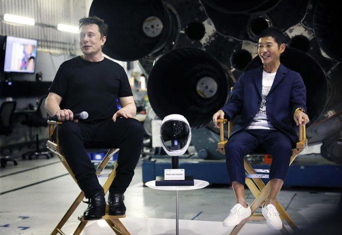 Du lịch vũ trụ là một chủ đề ngày càng hấp dẫn, có rất nhiều công ty đang nỗ lực biến nó thành hiện thực, từ SpaceX của Elon Musk đến dự án Virgin Galactic của Richard Branson. Virgin Galactic từng công bố giá để đưa khách vào không gian có giá 250.000 USD. Trong khi đó, Aurora Station, khách sạn ngoài không gian khác, tuyên bố thu 9,5 triệu USD cho một kỳ nghỉ, khởi hành sớm nhất vào 2022.Tỷ phú Nhật Bản Yusaku Maezawa (phải) là khách hàng tư nhân đầu tiên sử dụng dịch vụ bay bằng tên lửa Big Falcon Rocket (BFR) của công ty hàng không vũ trụ Space X. Đầu tháng 3, Maezawa thông báo sẽ đài thọ cho 8 người cùng ông du hành vòng quanh Mặt Trăng năm 2023, do đã mua toàn bộ ghế trên tên lửa. Ảnh: The Star