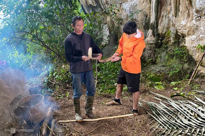 Du khách trải nghiệm cuộc sống trong hang động của tộc người Rục. Ảnh: Oxalis Holiday