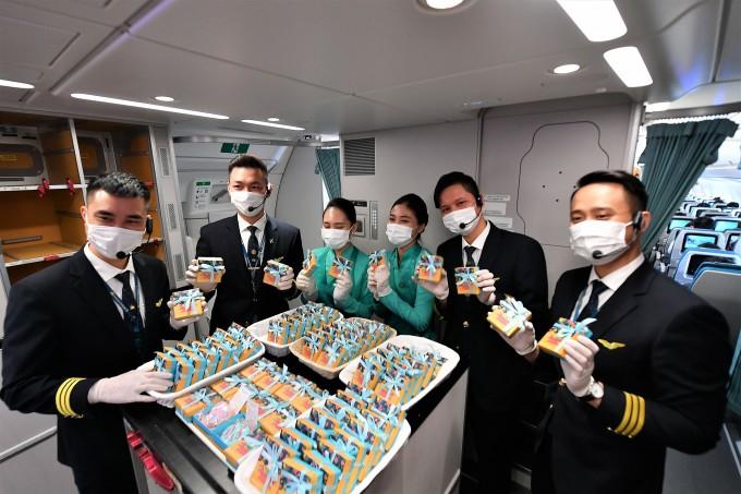 Tặng quà cho hành khách nhân dịp 8/3 là hoạt động thường niên của Vietnam Airlines. Hành khách truy cập website, ứng dụng di động Vietnam Airlines, trang Facebook chính thức tại đây, liên hệ phòng vé của Vietnam Airlines trên toàn quốc hoặc tổng đài chăm sóc khách hàng 19001100.