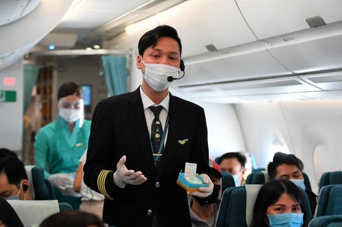 Nam tiếp viên Vietnam Airlines trình diễn ca khúc tôn vinh phụ nữ ngay trên máy bay.