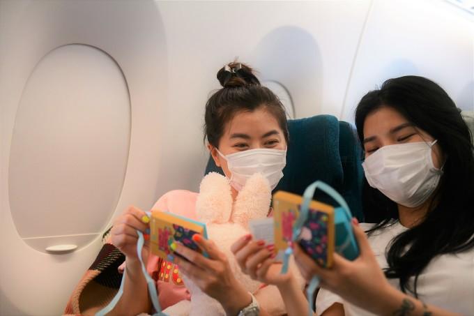 Các nữ hành khách bất ngờ khi nhận được những món quà