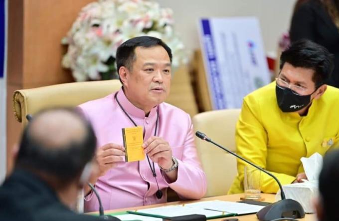 Bộ trưởng Y tế Thái Lan Anutin Charnvirankul (áo tím) cho biết những du khách chưa tiêm chủng nhưng có chứng nhận âm tính nCoV sẽ cách ly bắt buộc trong 10 ngày. Ảnh: Thaiger/Facebook