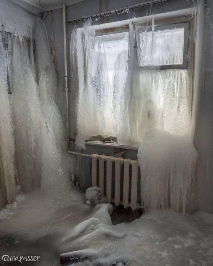 Đường ống nước nóng bị rò rỉ, khiến nước có thể chảy khắp sàn, rỏ xuống từ đèn chùm, rỉ ra từ những bức tường và tràn ra ban công. Ảnh: Maria Passer