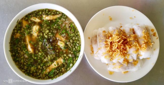 Bánh cuốn Thanh Hóa cắt miếng cho vào tô cháo lươn hoặc ăn riêng. Ảnh: Đỗ Trang.