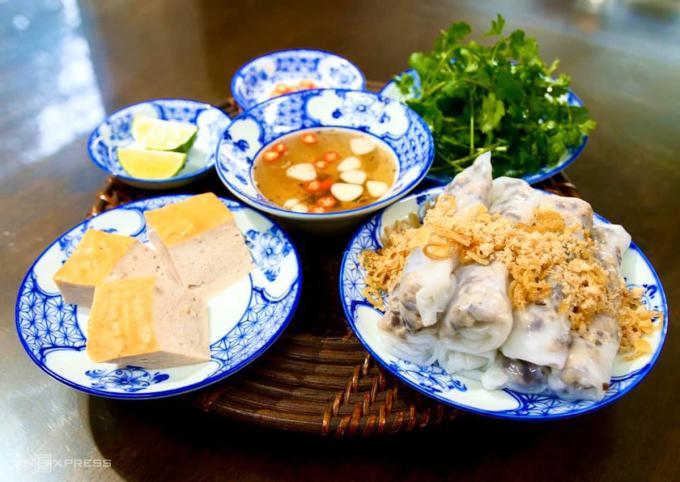 Bánh cuốn thịt phổ biến tại Hà Nội hiện nay ăn kèm hành phi, chả lụa, mắm dấm tỏi, rau mùi, chanh. Ảnh: Nguyễn Phương Hải.