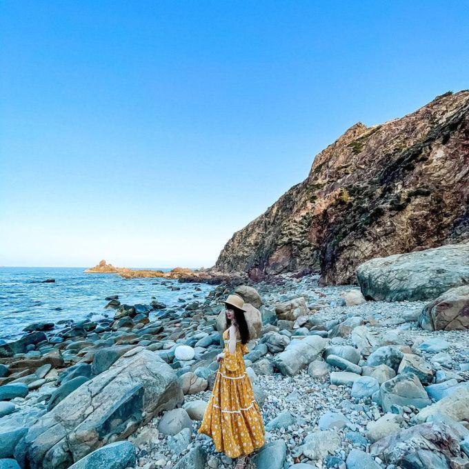 Không chỉ hút khách ở mỗi con đường đi, đá, nước và phong cảnh hoang sơ còn tạo nét đặc trưng của Eo Gió. Dưới chân là bãi đá Đẻ. Đá bị bào mòn từ nước biển qua năm tháng tạo nên nhiều kích thước, hình dạng đậm chất nghệ thuật. Ảnh: Instagram/nguyenthu0419.