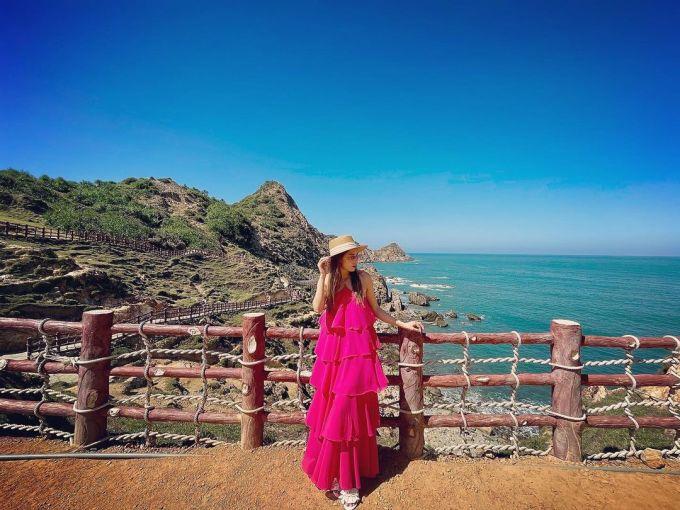 Thời điểm đẹp nhất để đến Eo Gió là từ tháng 4 đến tháng 9, khi thời tiết hầu như lặng bão và lòng vịnh kín gió. Trước nền trời xanh, biển xanh, du khách chỉ cần đứng trước camera điện thoại đã đủ có ngay một bức ảnh đẹp mắt đăng tải lên mạng xã hội. Ảnh: Instagram/ vh.chiin.