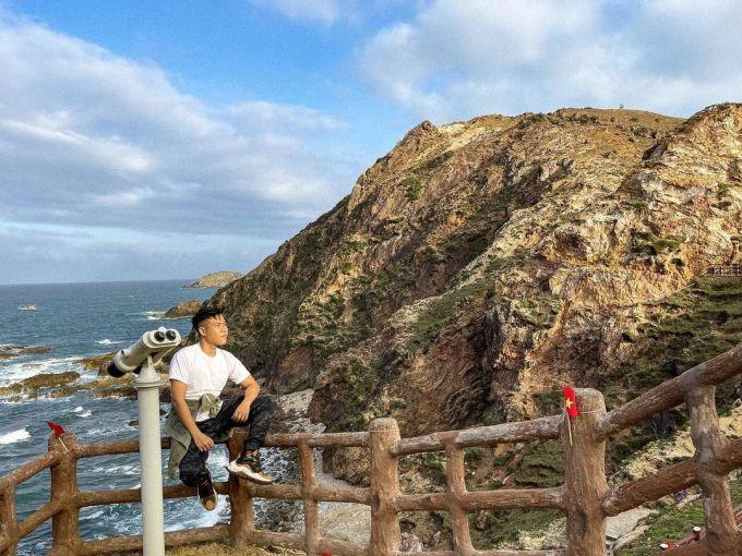 Trên đường đi bộ, một số điểm còn đặt ống nhóm, giúp du khách tiện ngắm bầu trời, mặt biển, thâu tóm vẻ đẹp hoang sơ và mê hoặc của nơi này. Ảnh: Instagram/victorvu.sg.