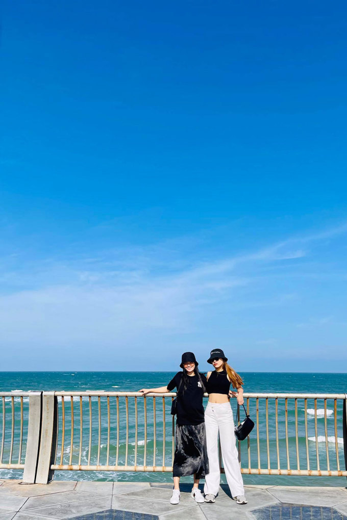 Quảng trường cũng có một số góc lan can hướng ra biển chụp.