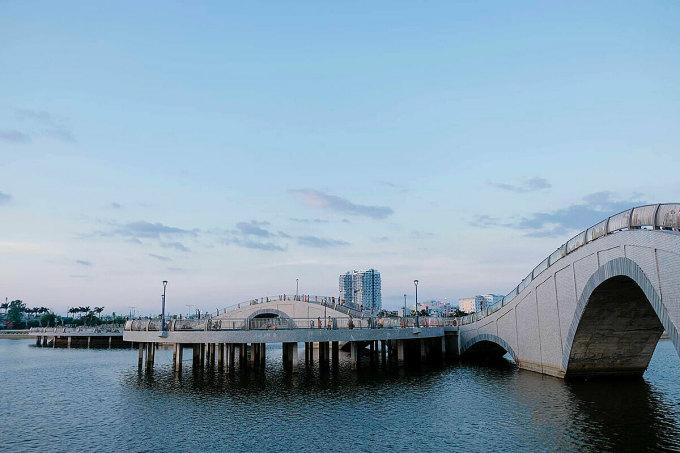 Hồ điều hòa Hồ Sơn nằm trên đường Điện Biên Phủ và đường Trần Phú, thuộc phường 5 (Tuy Hòa). Nhiều bạn trẻ nhận xét nơi đây có góc chụp ảnh nhìn như ở nước ngoài.