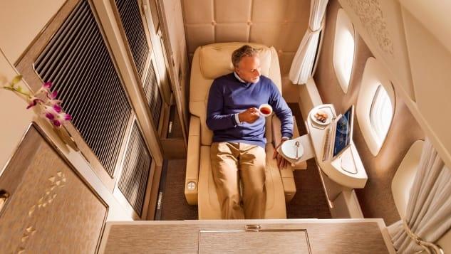 Các dãy phòng trên Boeing 777-300ER của EmiratesNhững bức tường tại hầu hết khoang hạng nhất trên máy bay không cao tới trần nhà. Đây là yếu tố an toàn trên máy bay, để tiếp viên vẫn có thể nhìn thấy bạn. Nhưng tại khoang hạng nhất mới nhất của hãng bay có trụ sở tại UAE, điều đó đã được hãng giải quyết bằng việc lắp các camera giám sát nhỏ. Du khách sẽ chìm ngập trong bầu không khí êm dịu của các loại kem và nước hoa hồng. Hãng thiết kế hệ thống đèn chiếu sáng theo tâm trạng, nghĩa là hành khách có thể thêm màu mình yêu thích trong không gian riêng của mình.Với những hành khách ngồi ghế giữa của khoang này, cửa sổ của bạn được gắn camera HD và màn hình hiển thị cho bạn chính xác những gì mà người ngồi ghế cạnh cửa sổ đang nhìn thấy.