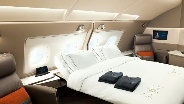 Giường đôi A380 của Singapore AirlinesKhoang hạng nhất của hãng hàng không có trụ sở tại Singapore cung cấp từ cách đây 15 năm, trên chiếc A380. Sản phẩm có từ thời kỳ đầu đó đến nay vẫn được đánh giá là tuyệt vời, khi cung cấp cho du khách những chiếc giường đôi.Trong những chiếc A380 mới của hãng, cùng những chiếc cũ được tân trang, cung cấp những căn phòng riêng cho khoang hạng nhất. Không gian mới này lớn hơn nhiều với ghé bành xoay, giường riêng, bàn ăn lớn. Chỉ cần một nút bấm, vách ngăn giữa hai chiếc giường biến mất, và từ giường đơn, bạn sẽ sở hữu một giường đôi rộng rãi trên bầu trời.