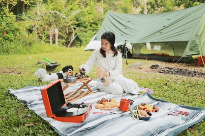Khách được mang đồ ăn tự nấu, hoặc gọi suất ăn với giá từ 150.000 đồng/người. Ảnh: Sơn Tinh Camp