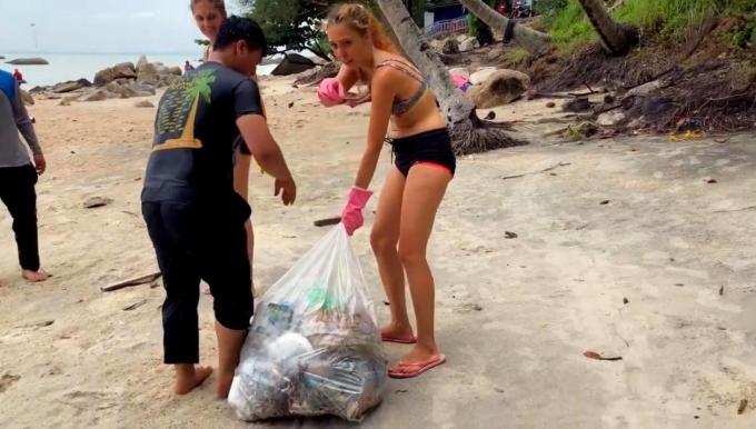 Sonya nhặt rác trên bãi biển tại Penang, Malaysia. Ảnh: NVCC