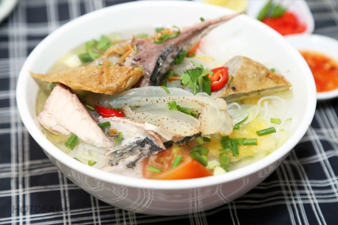 The jellyfish vermicelli bowl adds many other ingredients to increase the attractiveness.