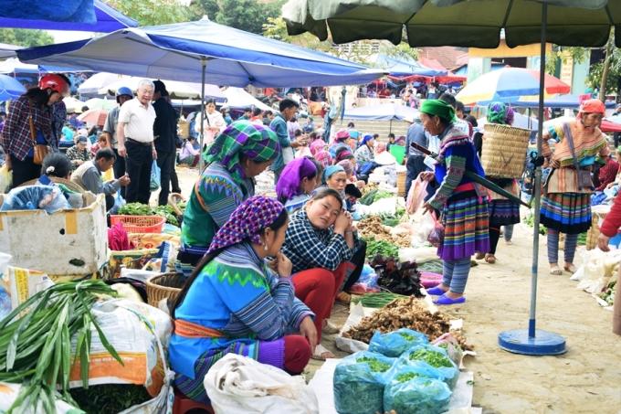 Bên cạnh chiêm ngưỡng các loài hoa xuân, du khách đến Bắc Hà có thể tham quan chợ phiên, một sản phẩm du lịch đặc trưng của huyện. Ảnh: Thanh Tuyết.