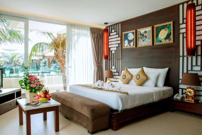 Rooms at the resort are designed in indochina style.  With high-priced rooms, guests also enjoy a view overlooking the resort's private beach.  Room rates here range from 2 million - 3.6 million / night.  Currently, the resort has a promotion program of only 1.39 million VND / night, applicable to the beginning of April 2021, resorts in the same segment: Ravenala Boutique (Nguyen Dinh Chieu Street, Mui Ne) 2.1 million VND - 3.9 million / night;  Romana Resort (Phu Hai ward, Mui Ne) 1 million - 4 million VND / night;  Seahorse Mui Ne Resort (Nguyen Dinh Chieu Street, Mui Ne) 1.3 million - 5 million / night.