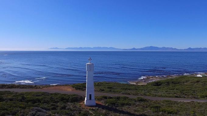 Chữ thập Vasco da Gama là một trong hai tượng đài được dựng lên khu vực Cape Point phía đông nam bán đảo Cape, chiếc còn lại là Chữ thập Dias. Chính phủ Bồ Đào Nha xây dựng chúng như hải đăng giúp tàu thuyền tránh vùng Whittle Rock nguy hiểm ở vịnh False. Ảnh: JasonSmuts/Wikimedia Commons