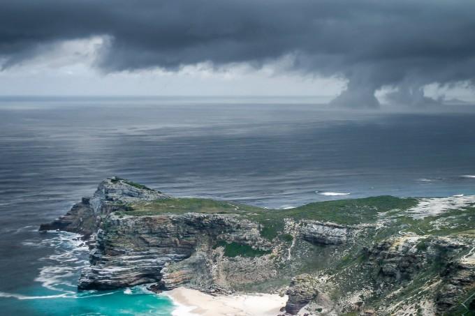 Mũi Hảo Vọng gắn với truyền thuyết về con tàu ma Flying Dutchman (Người Hà Lan bay), mang số phận luẩn quẩn trong vùng nước mênh mông, không bao giờ tìm ra đường vòng qua mũi đất đầy bão táp này. Ảnh: Robert_z_Ziemi/Pixabay