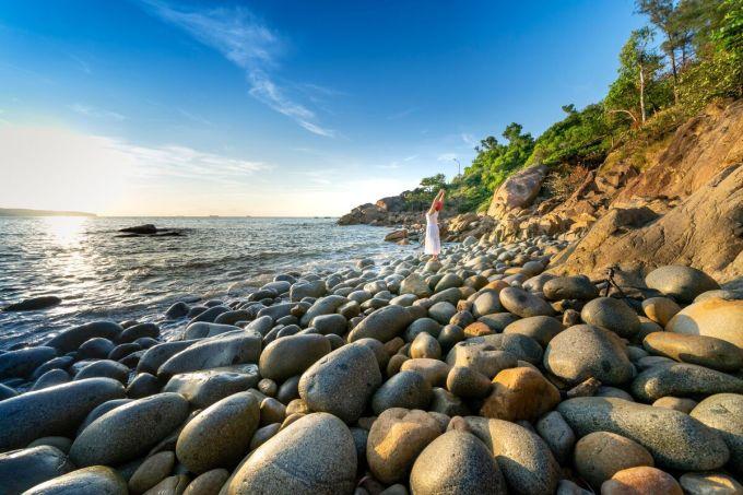 Theo tác giả bài viết, với những ai quá mệt mỏi vì lối sống rượt đuổi như cuộc đua ở các thành phố lớn, chuyến đi Quy Nhơn sẽ cho du khách cơ hội nạp thêm năng lượng khi được kết nối với cuộc sống bình yên và chân thành. Nếu là một người Bangkok đến Quy Nhơn, phóng viên viết bài cho rằng, du khách sẽ được ngược dòng thời gian đến những bãi biển đẹp hoang sơ như Pattaya và Cha-am của Thái Lan trước đây. Ảnh: Quang Nguyen Vinh/Shutterstock.